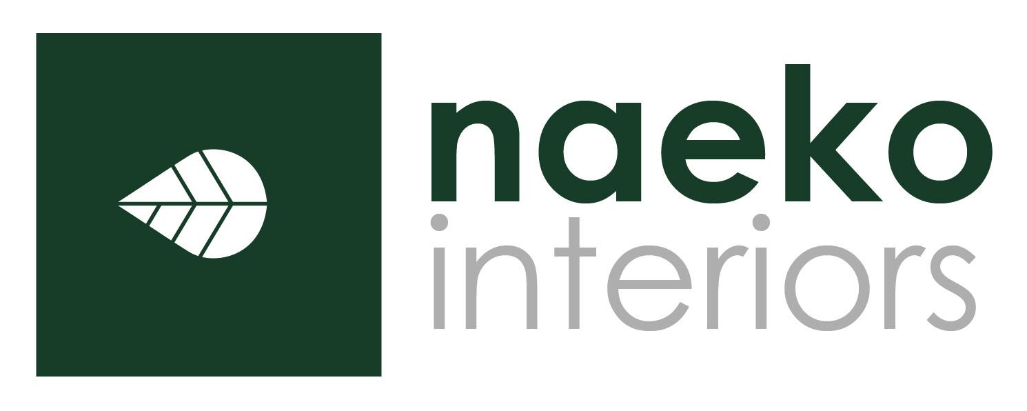 Logo naekointeriors z kwadratem w kolorze szmaragdowozielonymi centralnie umieszczonym białym listkiem oraz liternictwem