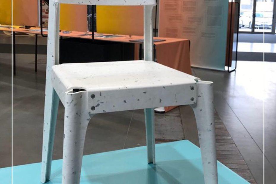 Krzesło w kolorze białym z jasnoszarymi drobinkami wykonane z płyty ze zrecyklingowanego plastiku