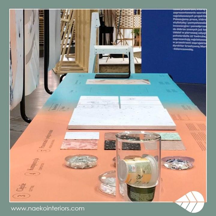 Ekspozycji wystawowa obrazująca cykl produkcji płyty ze zrecyklingowanego plastiku od pustych opakowań po jogurtach po produkt końcowy