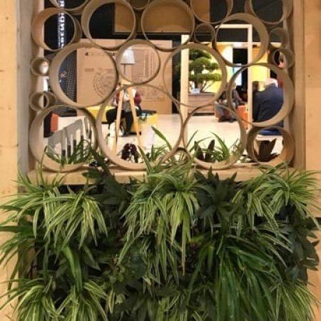 Konstrukcja standu wystawowego ze sklejki z wkomponowanymi donicami z zielenią