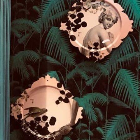 Kompozycja abstrakcyjna na tle dekoracyjnej tapety w kolorze butelkowej zieleni z dwoma grafikami w odcieniu brzoskwiniowym