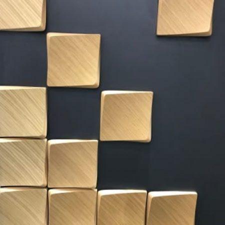 Geometryczna kompozycja elementów drewnianych na ciemnym tle