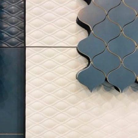 Abstrakcyjna kompozycja kafelków ceramicznych w kolorze białym i granatowym z dekoracyjnym wzorem